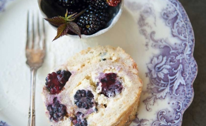 Brombeer-Haselnuss-Roulade